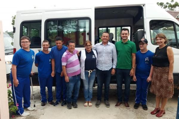 Câmara e Prefeitura adquirem Van para APAE de Quitandinha
