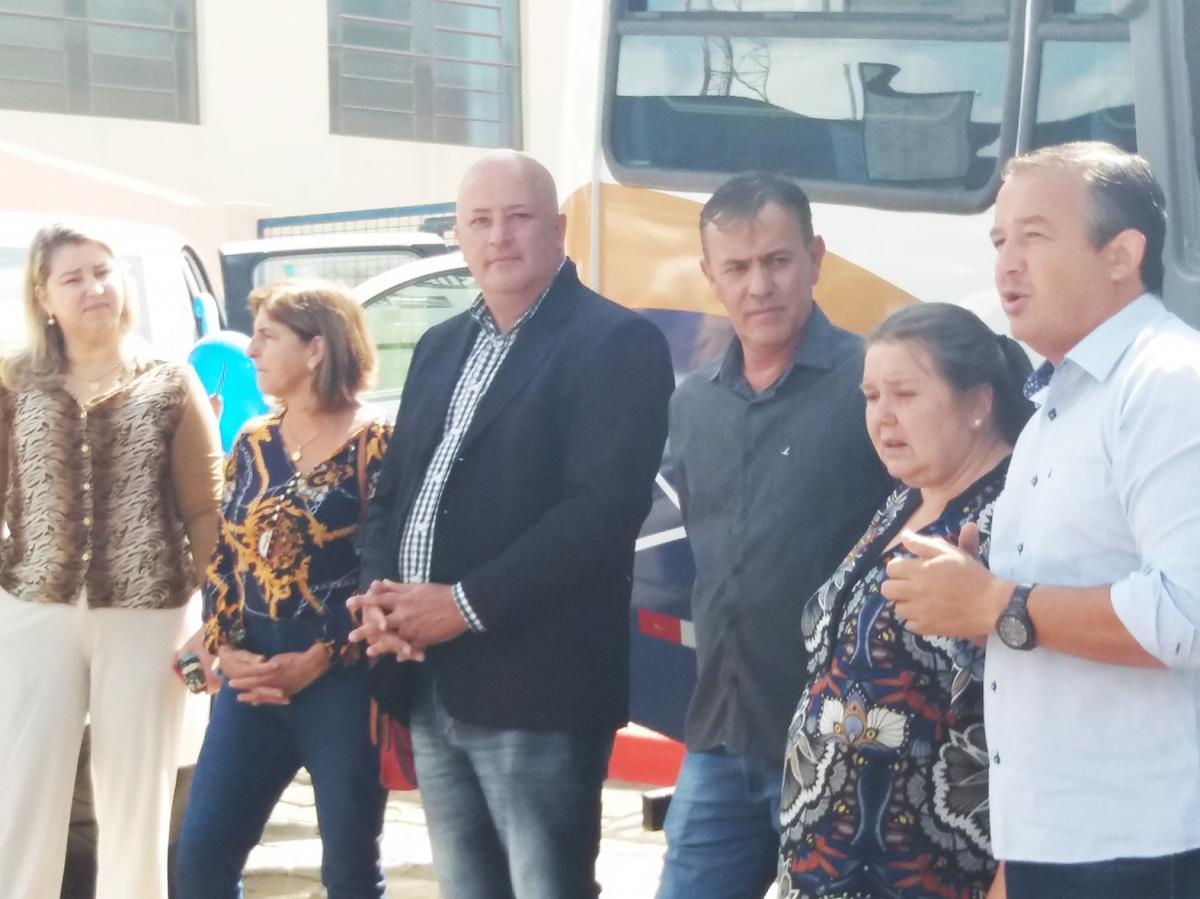 Presidente do Legislativo participa  da entrega de veículos para a APAE